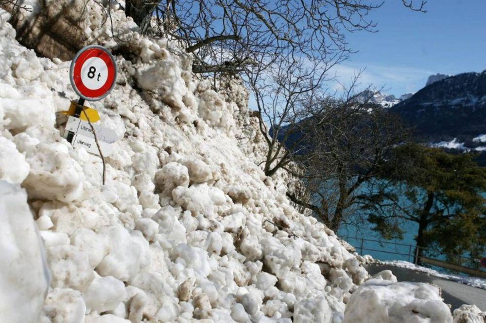 montana, skijaš, motorne sanke, snezne lavine