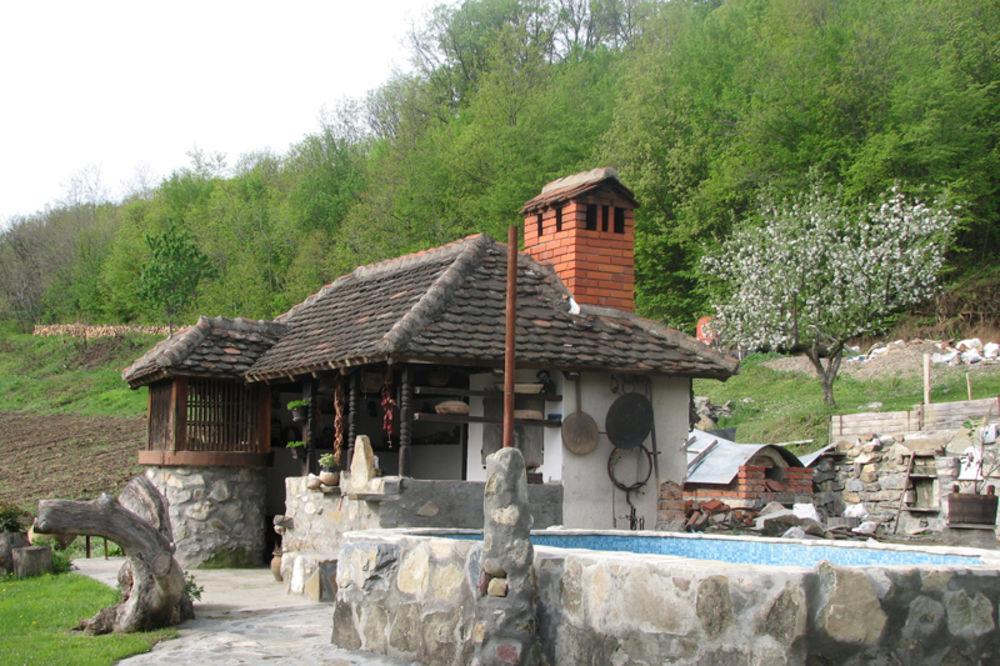 Kuća koja mi se svidela - Page 3 Seoski-turizam-putokazi-stragari-kragujevac-karitas-1328585176-43421