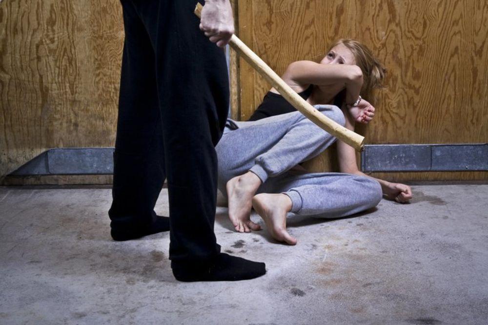 ISKALIO BES: Tukao i šutirao nepoznatu ženu nasred ulice!