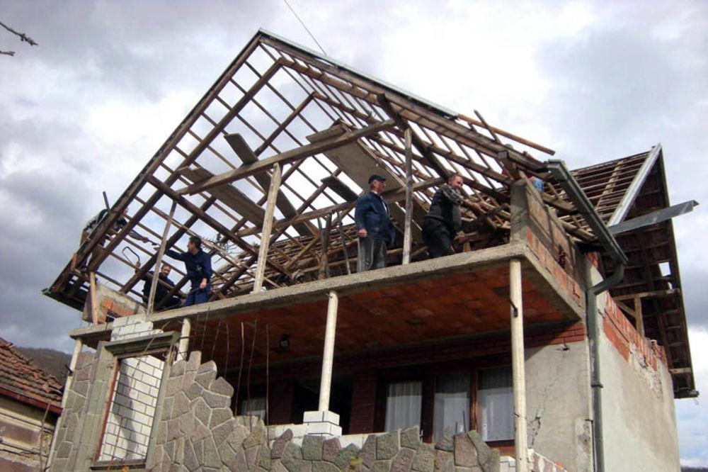 Dok su bili na poslu komšije im popravile krov! Krov-kraljevo-zemljotres-1328585176-61417