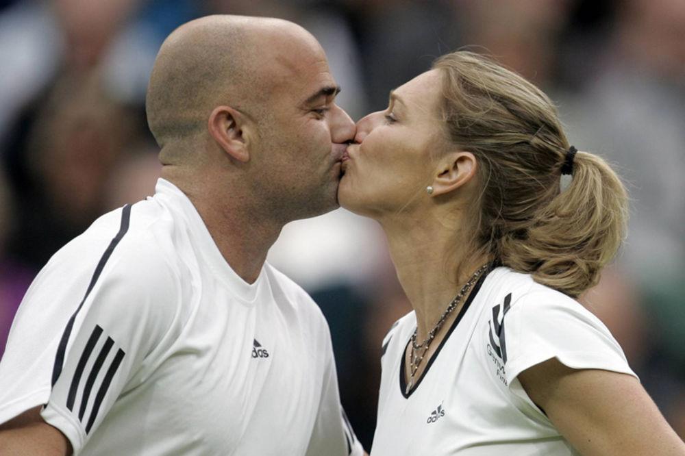 Cice koje su osvojile srca poznatih tenisera - Page 2 Stefi-graf-agasi-humanitarna-aukcija-1328585176-64962