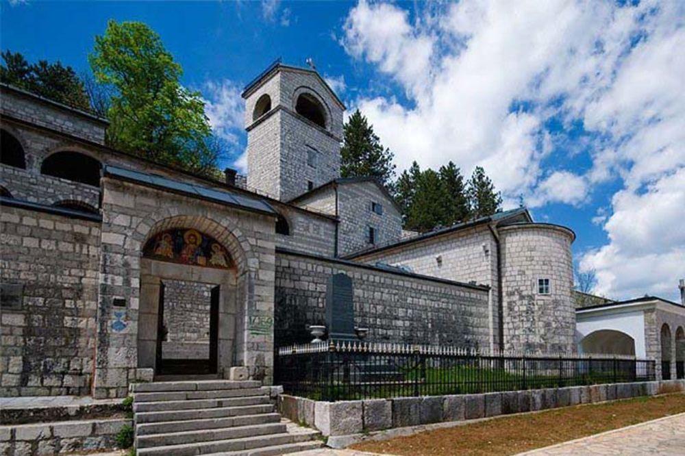 Danas je... - Page 3 Cetinjski-manastir-miras-dedeic-1345450410-71878
