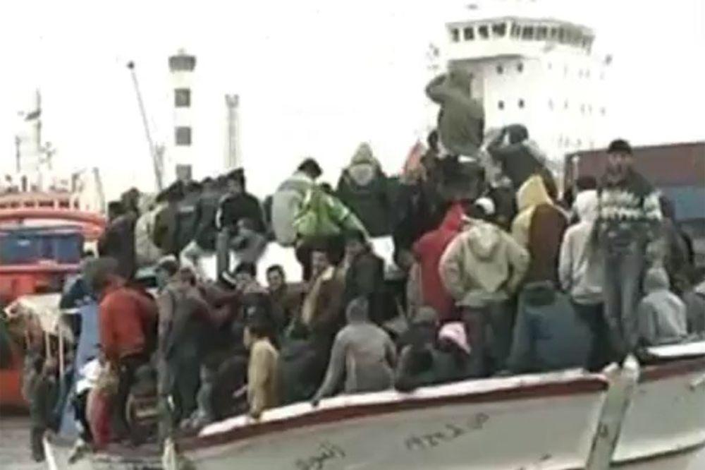 OKONČANA DRAMA: Brod sa 700 imigranata dovučen u kritsku luku