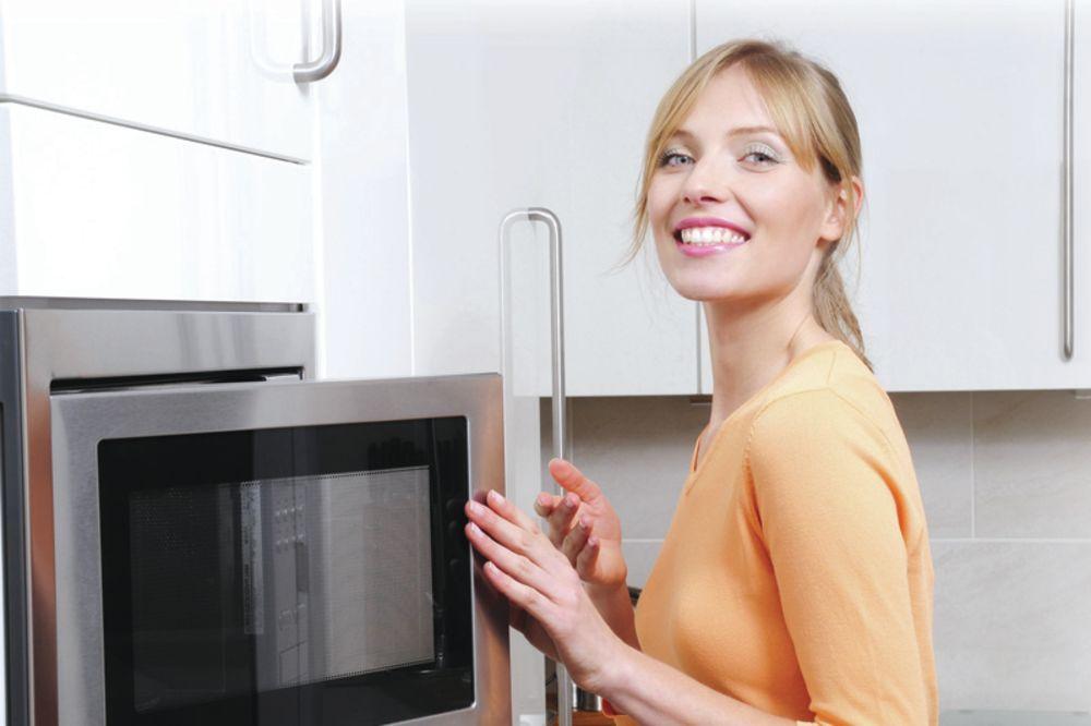 Kako najlakše očistiti rernu od tvrdokorne masnoće bez upotrebe hemikalija