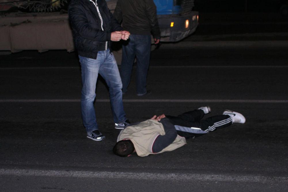 ISTRESLI IH IZ GAĆA: Uhapšena tri mladića, skrivali heroin u donjem vešu!