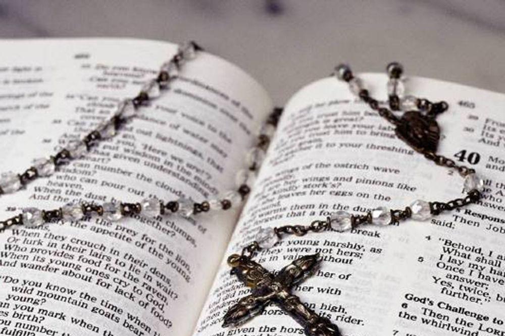 Vesti - DOKTOR KORISTI BOŽJI LEK: Receptima iz Biblije leči sve najteže bolesti!