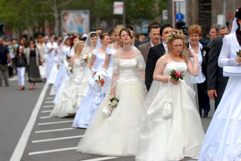 DOGADJANJA - Page 6 Kolektivno-vencanje-svadba-za-mastanje-skupstina-beograda-1328585176-84422