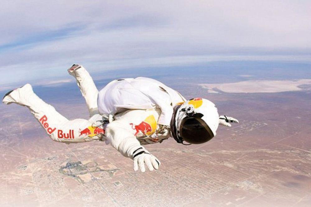 Postavi sliku i zatrazi sledecu - Page 26 Feliks-baumgartner-skok-na-yemlju-padobranac-skok-sa-36-kilometara-1329724822-127671