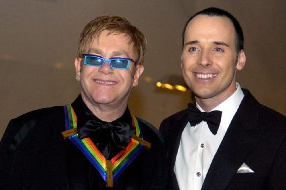 POSLE 18 GODINA VEZE: Elton Džon zakazao venčanje za 21. decembar!