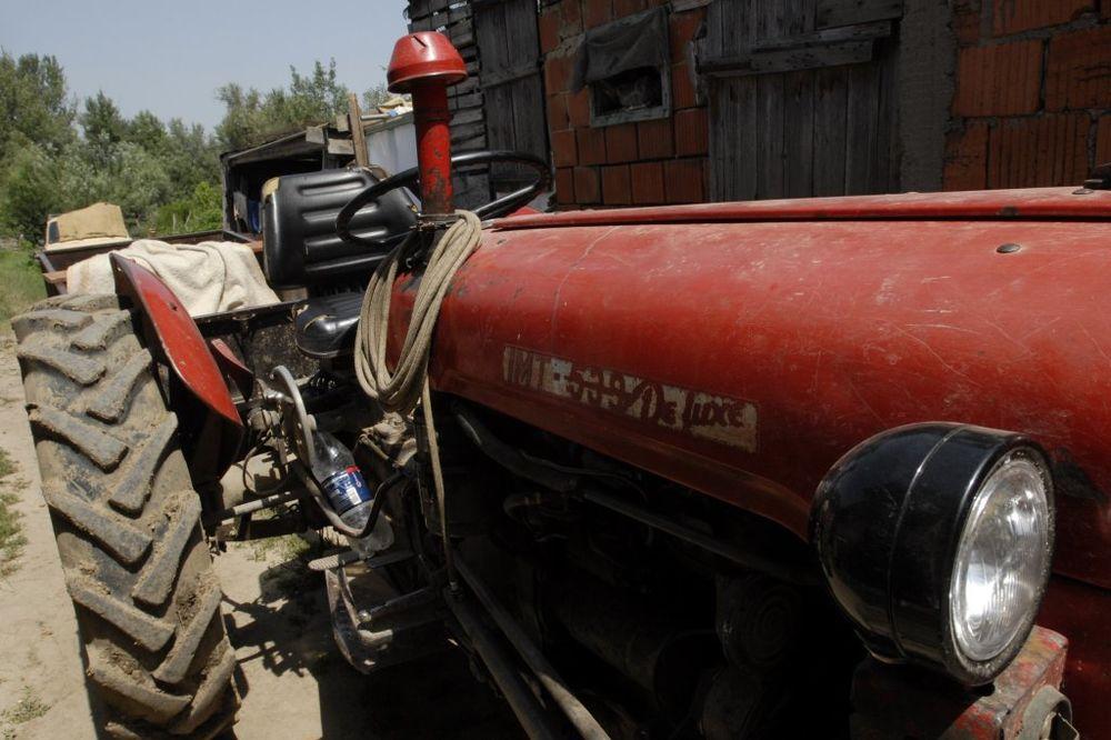 NESREĆA KOD KURŠUMLIJE: Prevrnuo se traktor, zatrpala ga drva