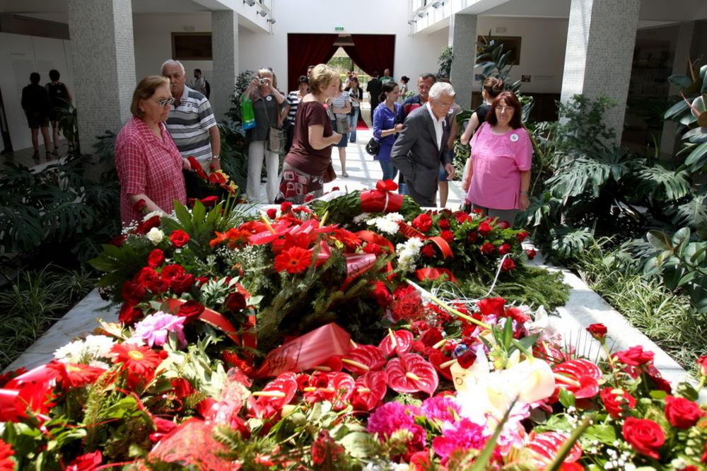 Titovi poklonici opsedaju Kuću cveća