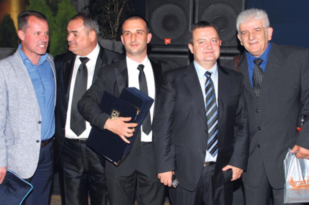 Nagrađeni Srđan Knežević sa ministrom Ivicom Dačićem