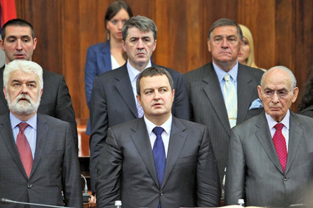 Mrkonjić: Kakva himna, pevam samo u kafani! Poslanici-skupstina-srbije-himna-srbije-1338586676-169750
