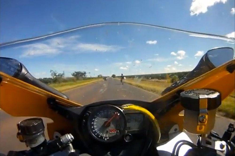 Bajkeru zmija iskocila iz motorcikla