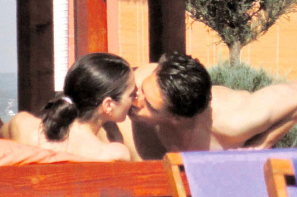 Miloš Biković ljubio devojku na bazenu