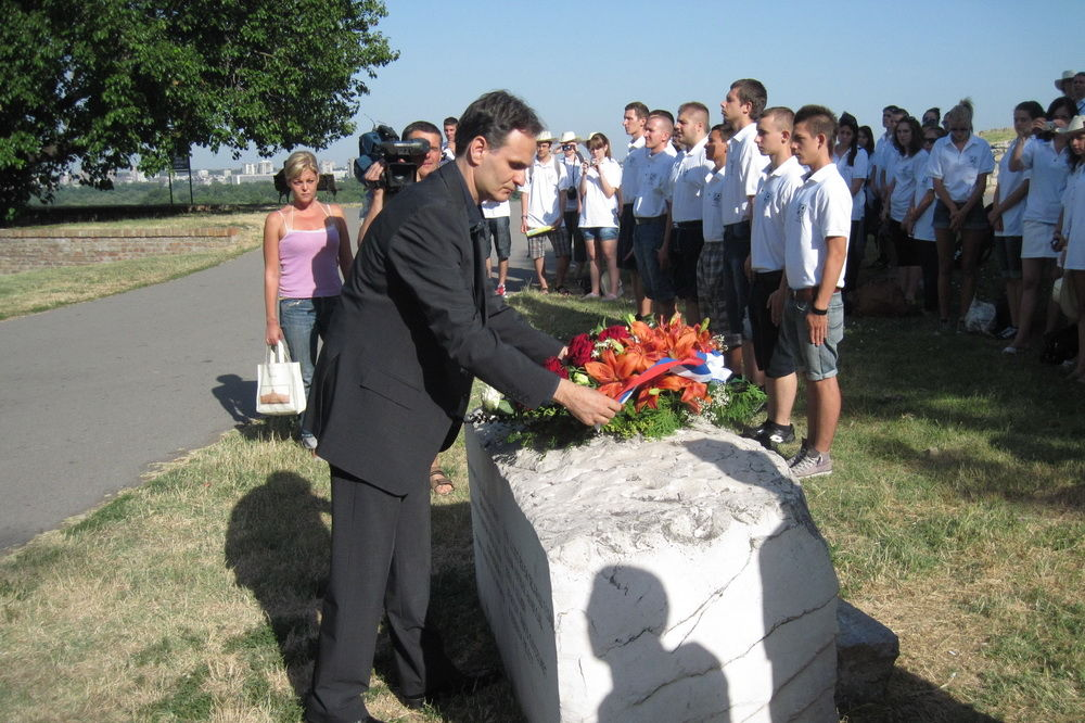 Položeni venci na spomen-obeležje braniocima Beograda