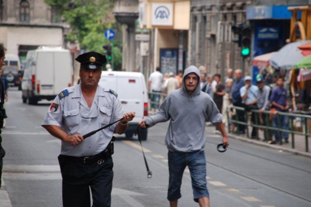 U sukobu su korišteni mnogobrojni predmeti, pepeljare, flaše...(Foto: AA))