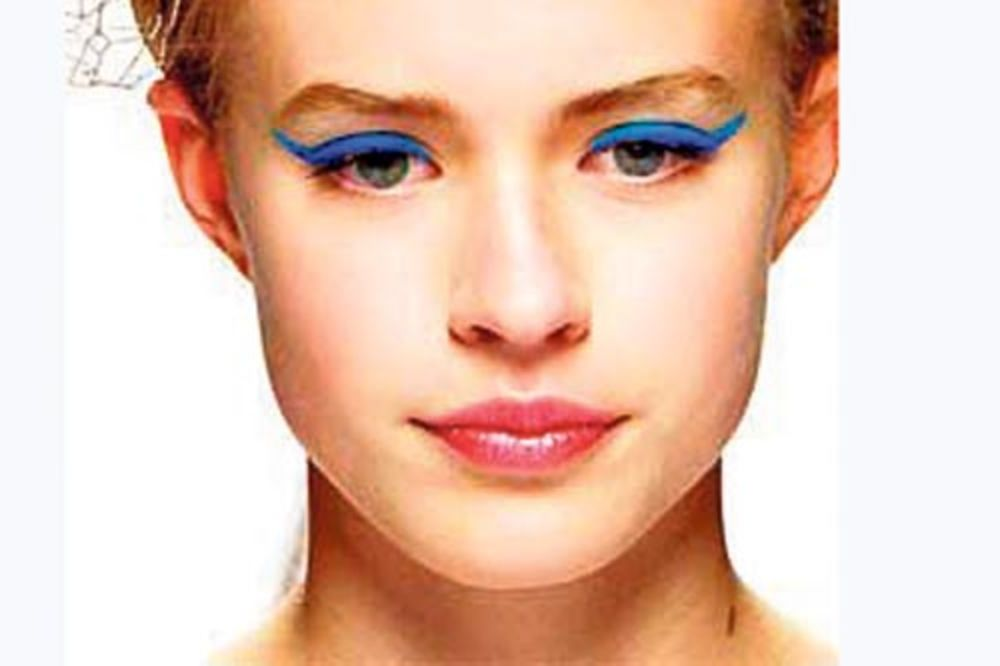 plavi ajlajner, žene