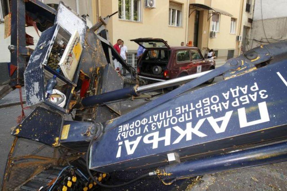 Kran se prevrnuo na automobil u Novom Sadu