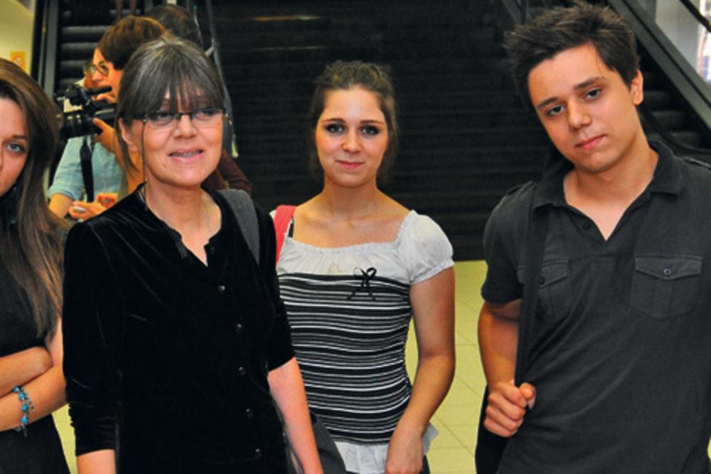 Biljana Ejubi sa svoje troje dece pobegla od metaka