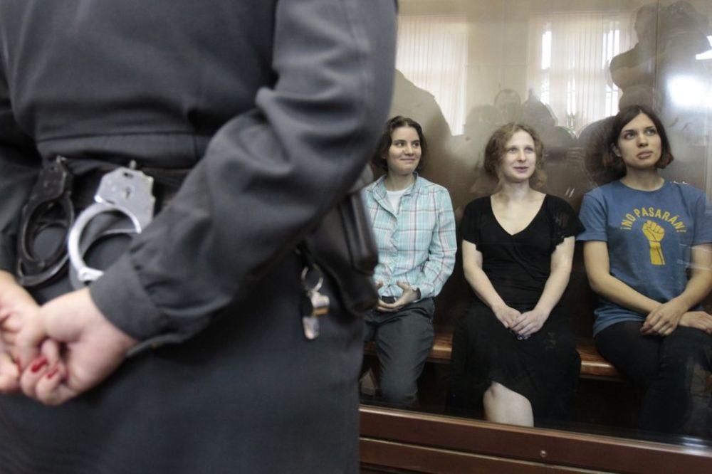 Propevale Pusi rajot: Putine, oženi Lukašenka