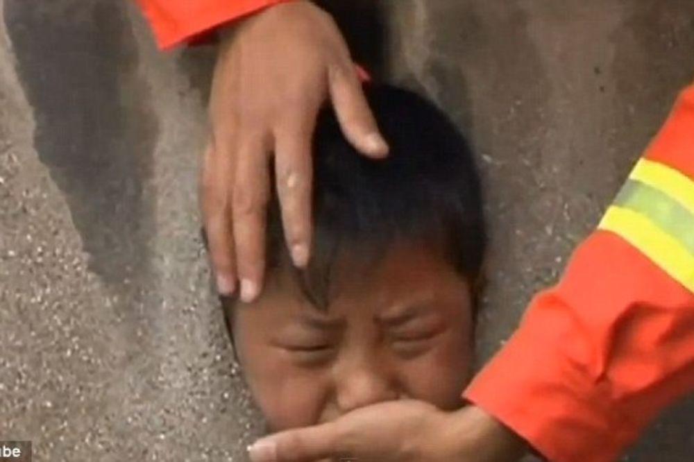 (VIDEO) STRAVIČNO: Uhvatio dete za noge i bacao ga glavom na beton!
