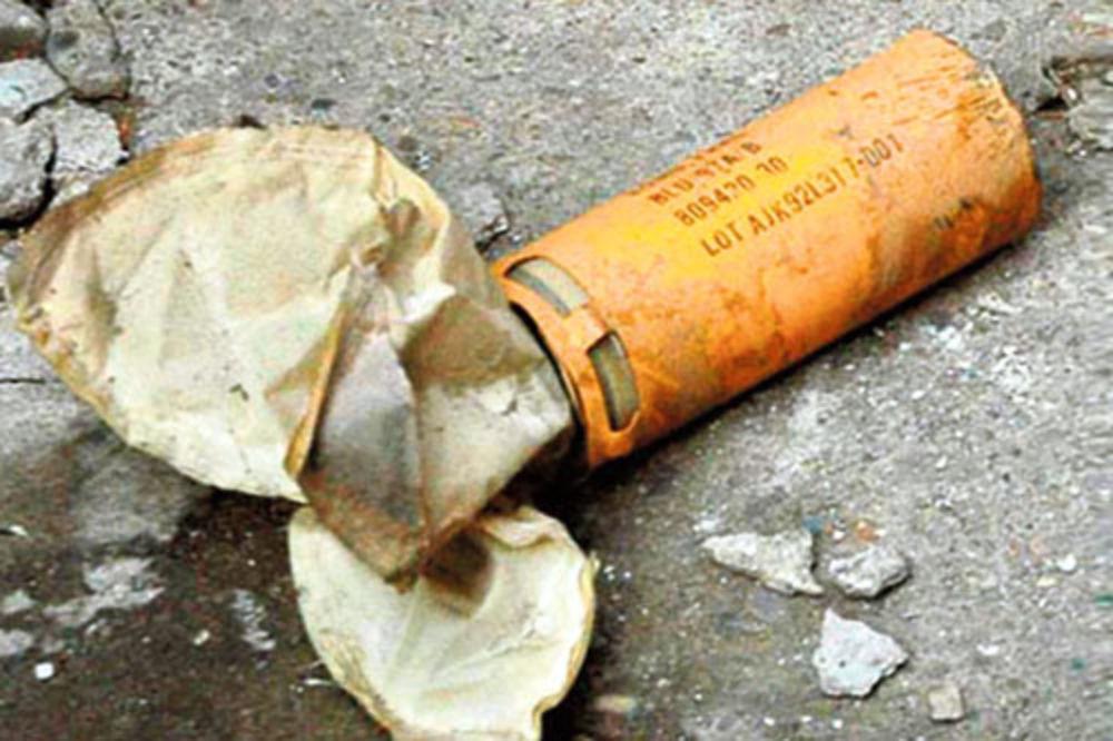 ZA DLAKU IZBEGNUTA TRAGEDIJA: Nišlija u bašti pronašao kasetnu bombu!