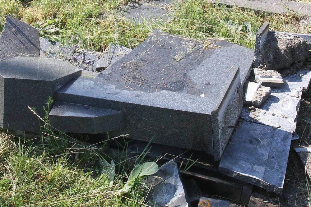 UŽAS NA KOSOVU: Oskrnavljena dva srpska groblja, zatrpana smećem pa zapaljena