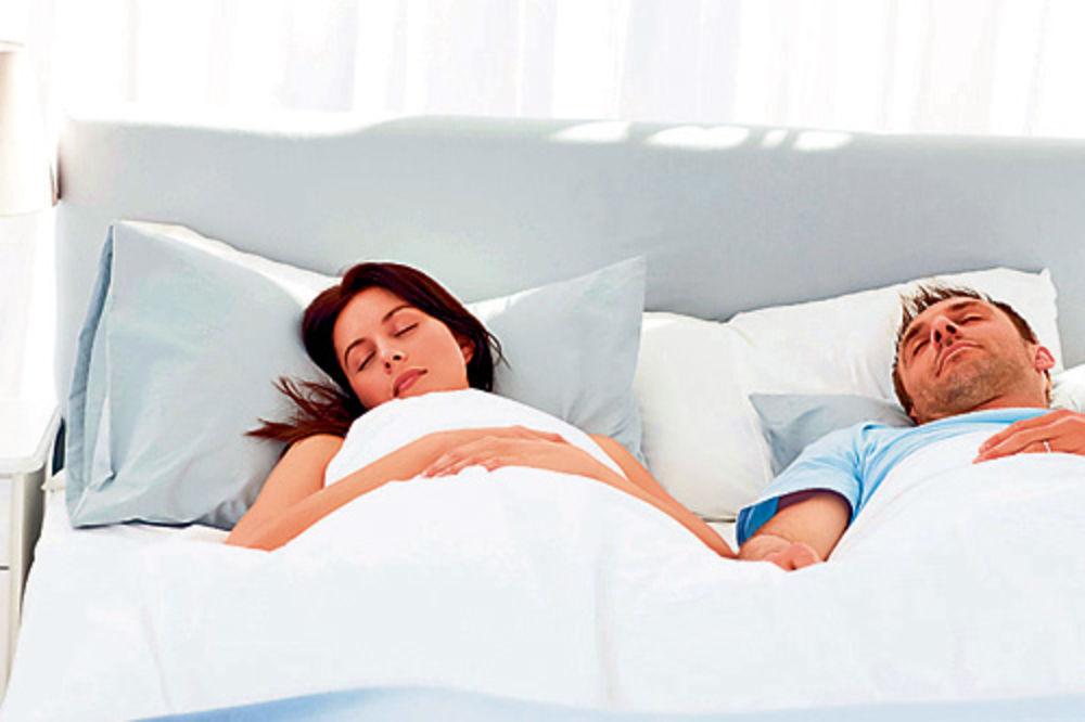 5 VEŽBI IZ KREVETA: Za samo 3 minuta bićete raspoloženi celi dan!