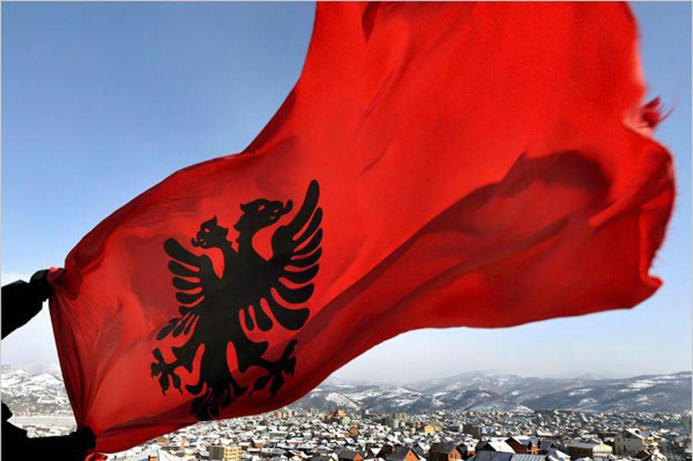 (FOTO) INCIDENT U ULCINJU: Albanska zastava ukradena sa prostorija Nacionalnog saveta Albanaca!