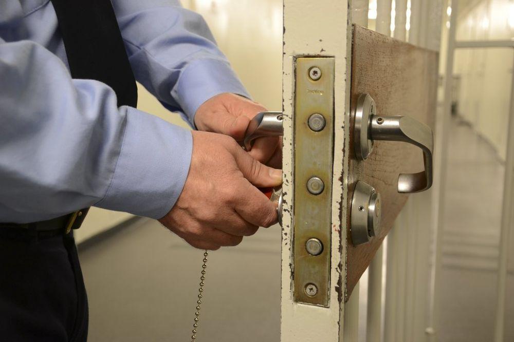 SKANDAL U ZATVORU: Čuvar seksualno zlostavljao dve zatvorenice!