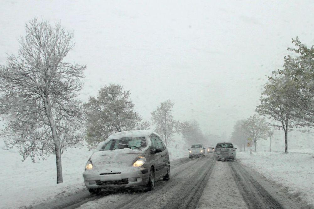 SNEG ZA PRVI MAJ: Putari upozorili na klizav kolovoz na auto-putu!
