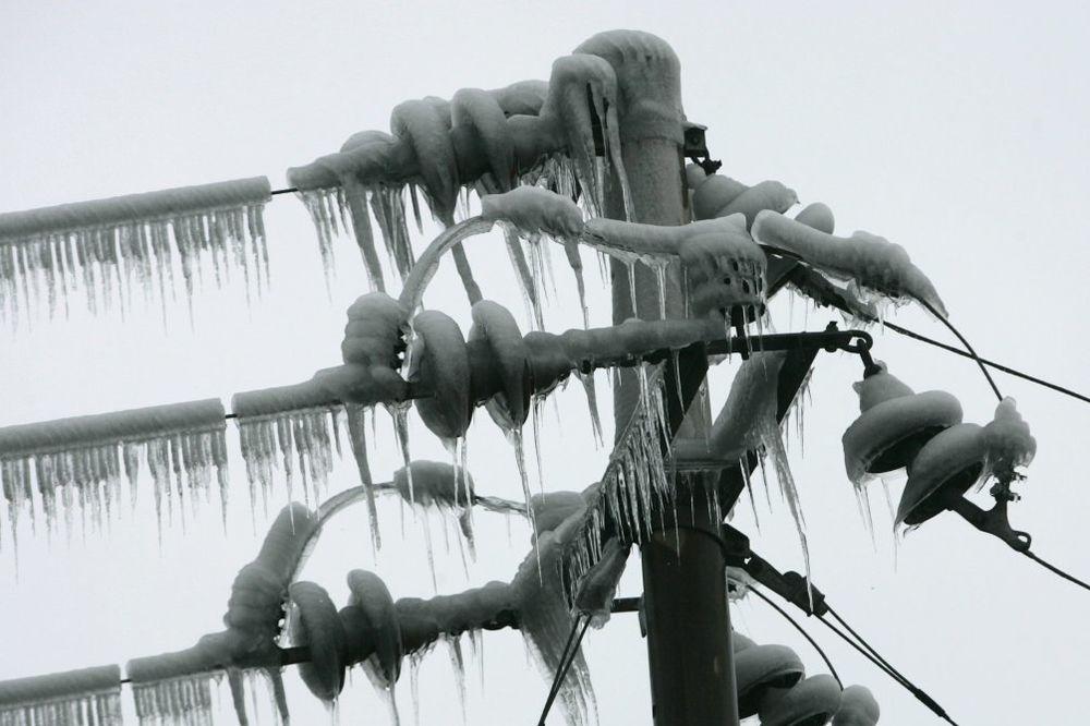 SNEG VEĆ NAPRAVIO POMETNJU: Oko 25.000 potrošača bez struje, najugroženija zapadna Srbija!
