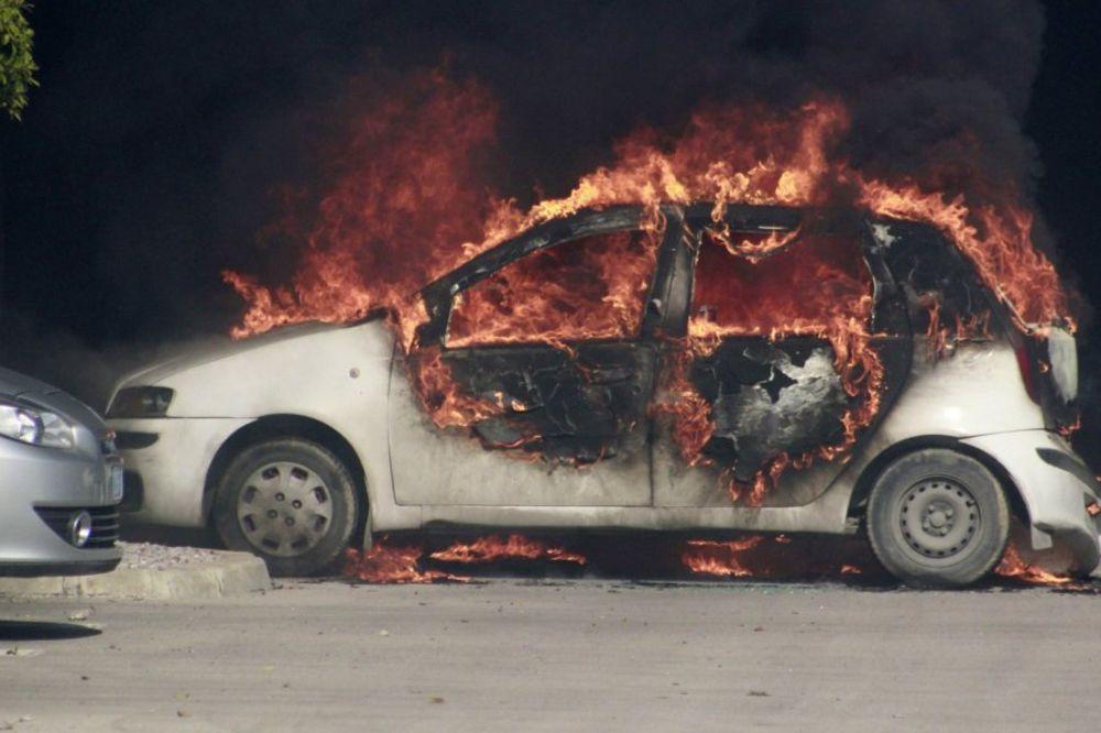 NIŠ: Izgoreo audi kabriolet u naselju Ratko Jović