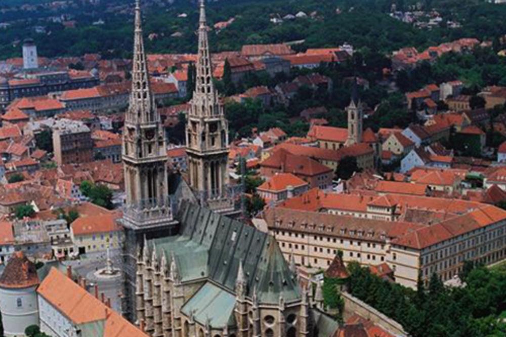POŽAR NA ZAGREBAČKOJ KATEDRALI: Upalili 3000 lampiona pa zapalili skelu na tornju