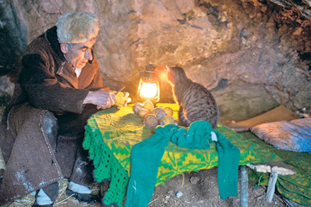 Panta sa mačkom deli večeru