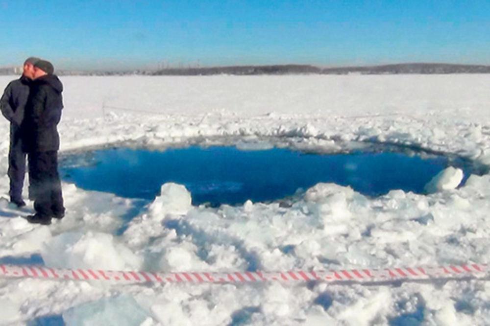 Nešto je napravilo krater prečnika šest metara u zaleđenom jezeru