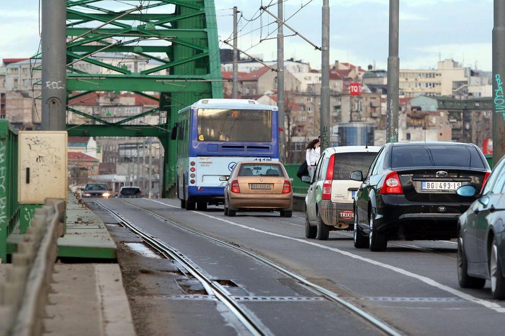 STARI SAVSKI MOST: Pokvareni kamion paralisao tramvajski saobraćaj!