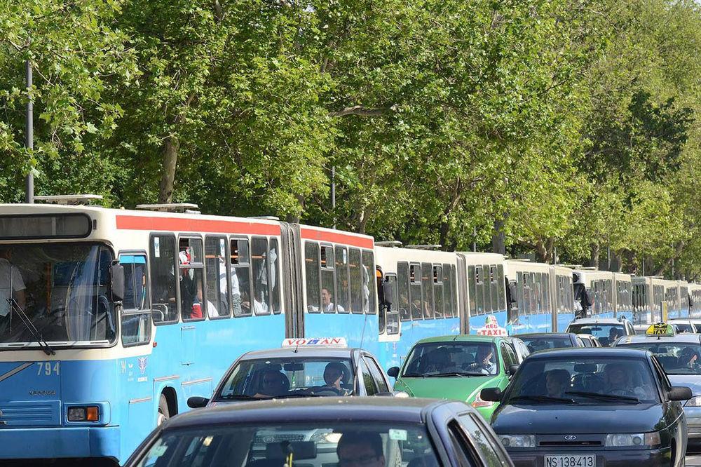 Mladić pesnicama razbijao gradske autobuse