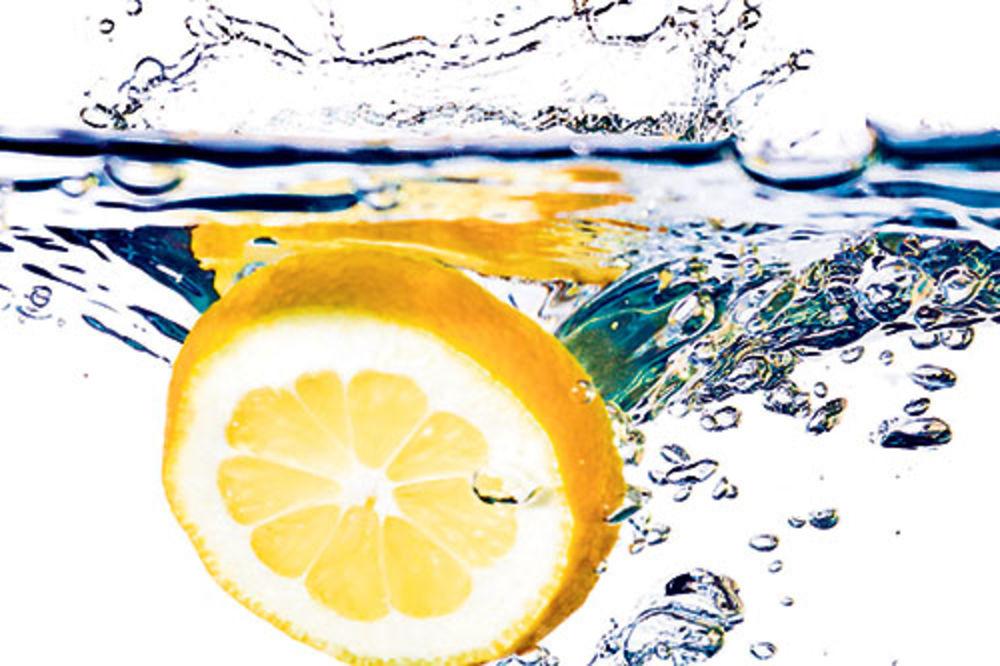 Evo zašto bi trebalo da ujutru pijete vodu sa limunom