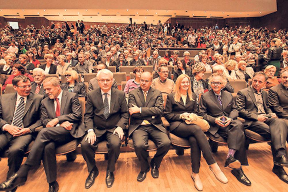 Počasni prvi red... Stanimir Vukićević, Milan Bandić, Ivo Josipović, Miljenko Puljić sa suprugom, Ivan Tasovac i Milorad Pupovac