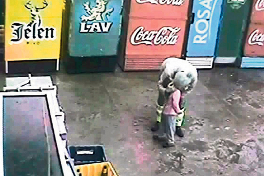 Dokaz... Kamere prodavnice snimile kako manijak ljubi dete u usta