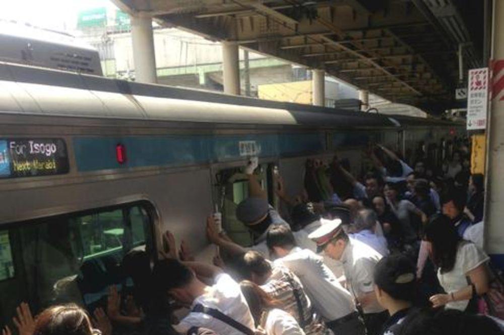 HEROJI: Putnici pomerili vagon od 32 tone da spasu ženu! Japan-voz-putnici-foto-ap-1374517100-342793