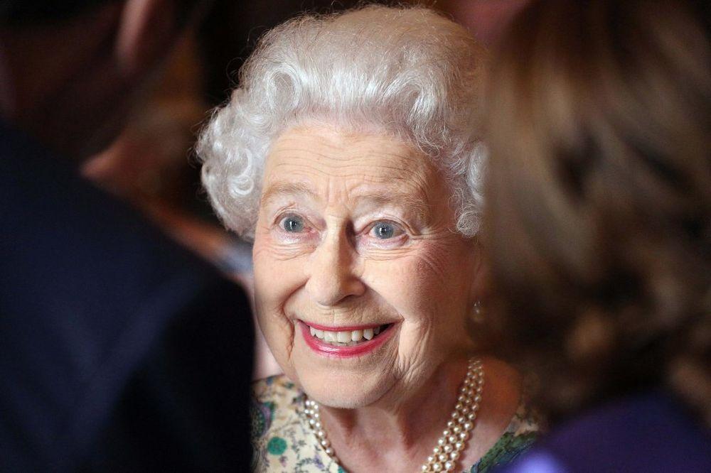 Kraljica Elizabeta druga vozi kola sa 88 godina!