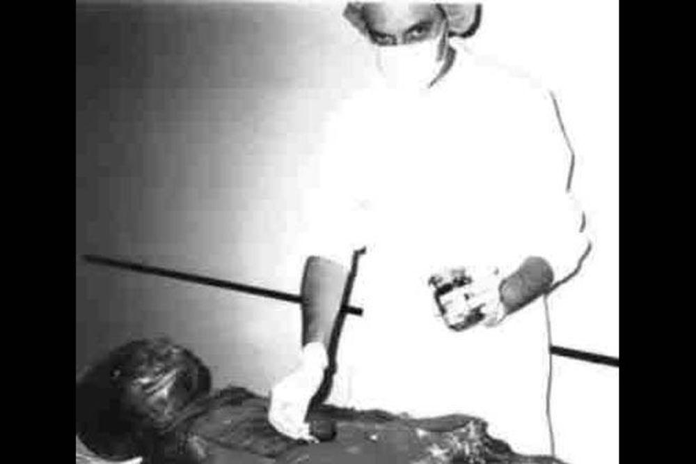 Autopsie d'un extra terrestre dans un hôpital Yougoslave Autopsija-vanzemaljac-u-vojnoj-bolnici-jna-1376328111-351701