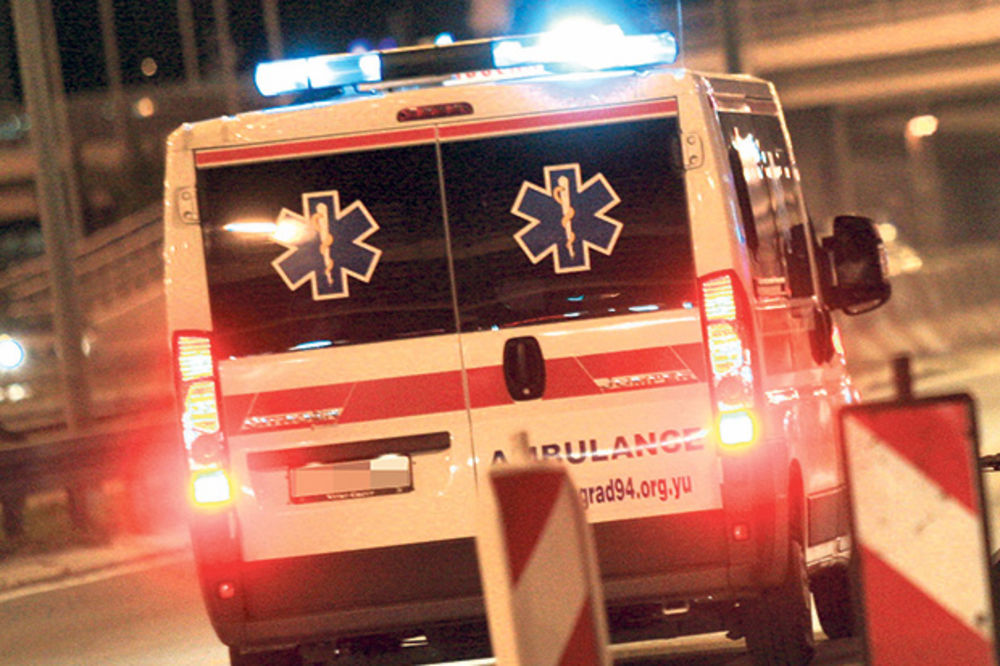 SAOBRAĆAJKA: Vozilo udarilo u banderu, dvoje povređeno