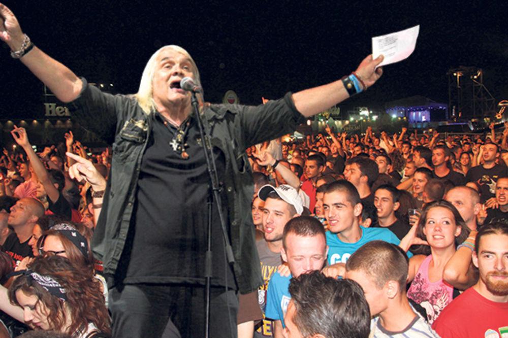 MA KAKVE MUNJE I GROMOVI: Riblja Čorba na pljusku razdrmala 10.000 ljudi na Beer festu