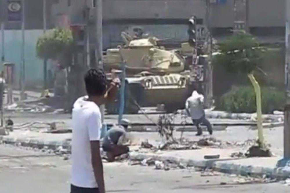 egipat, tenk, ubijen demonstrant, foto printskrin