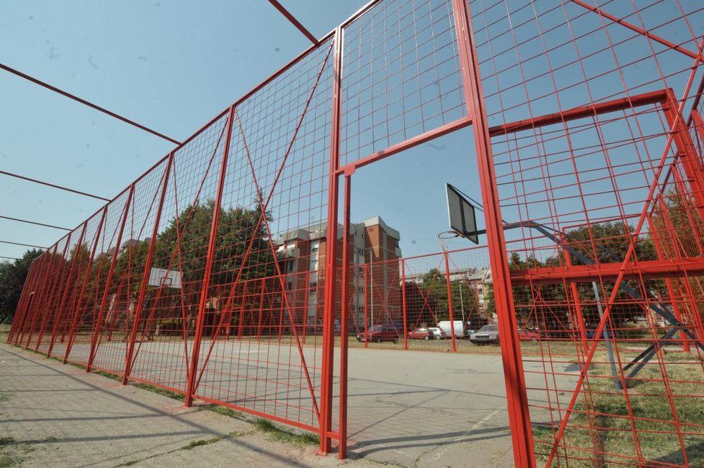 ŽALILI SE DRŽAVI: Fekalije se izlivaju na igralište u Grabovici