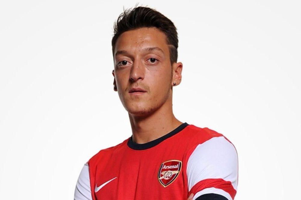 ISPALIO SE: Ozil rekao da čuveni glumac navija za Arsenal, a ovaj zapravo navija za rivale